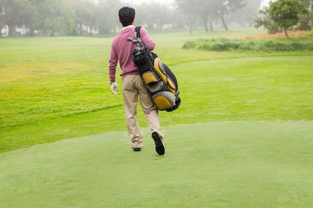 Golfspeler die weg golftas weggaat