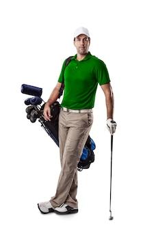 Golfspeler in een groen shirt, staande met een zak golfclubs op zijn rug, op een witte achtergrond.