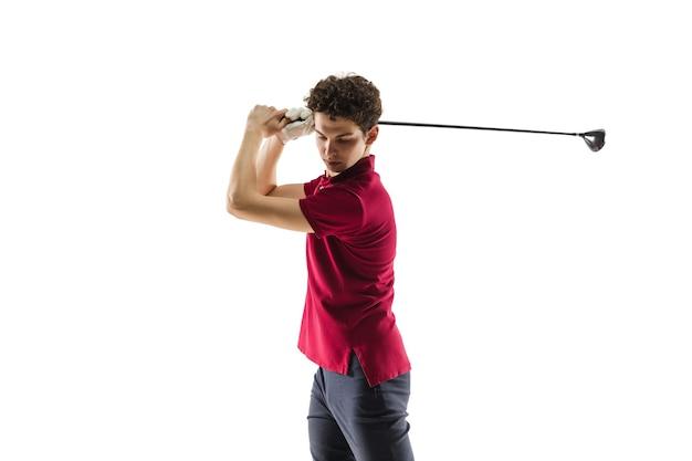 Golfspeler in een rood shirt die een schommel op witte studio neemt