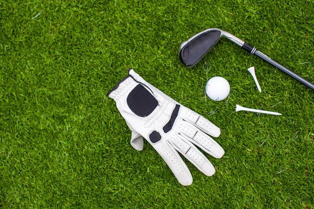 Golfuitrusting op groen gras