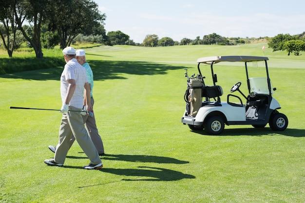 Golfvrienden die naast hun met fouten lopen