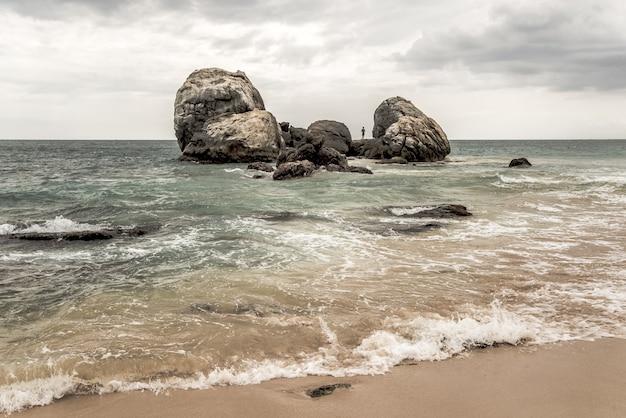 Golven aan de kust in sri lanka.
