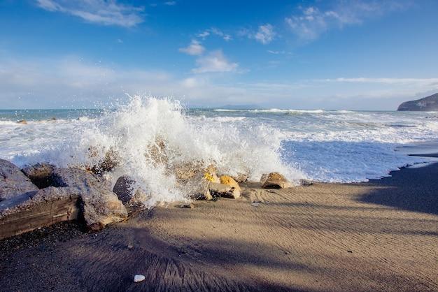 Golven aan de kust van de zee