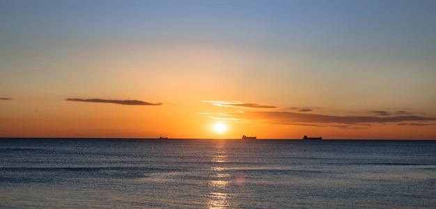 Golven bij zonsondergang, de koude zee in de herfst
