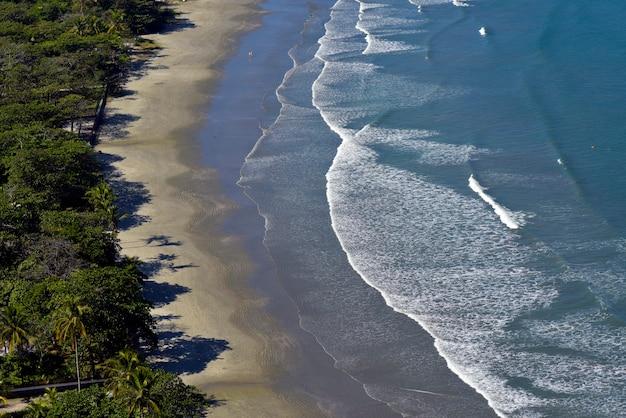 Golven op het strand, met blauwe zee, aan de noordkust van sao paulo. sao sebastiao, sp, brazilië