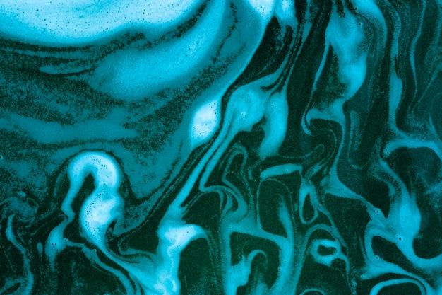 Golven op schuim op blauw gekleurde vloeistof