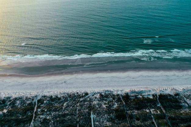 Golven van de atlantische oceaan over het strand