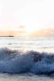 Golven van de oceaan bij zonsondergang