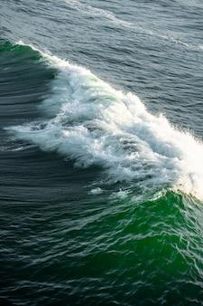 Golven van de stille oceaan met een prachtige turquoise tint water