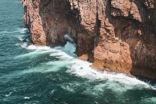 Golven van de zee die op de rotsen beuken