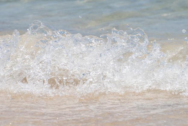 Golven van de zee raken het strand