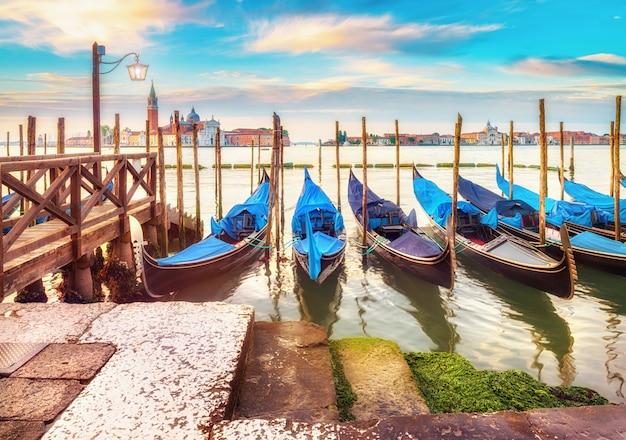 Gondels afgemeerd door saint mark plein in venetië, italië