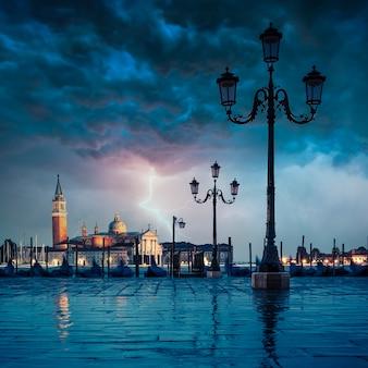 Gondels die op een regenachtige dag in het canal grande drijven