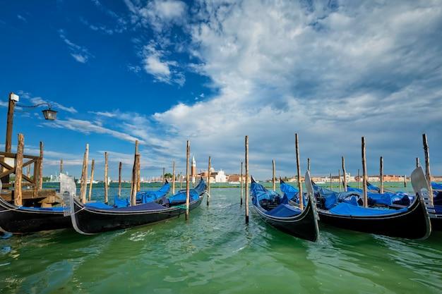 Gondels en in de lagune van venetië bij het san marco-plein. venetië, italië