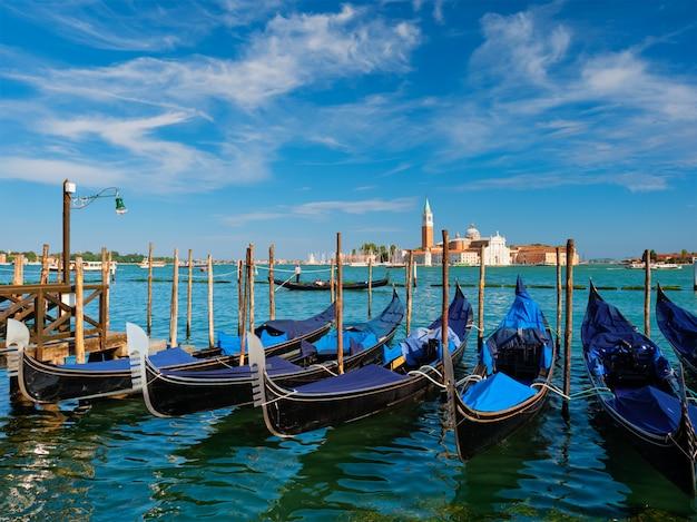 Gondels en in de lagune van venetië door het san marco san marcoplein
