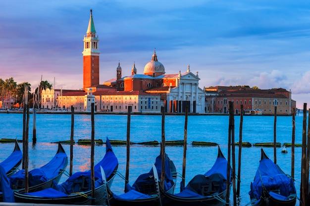 Gondels in het canal grande bij zonsondergang, venetië