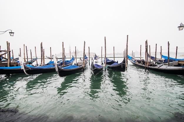 Gondels in lagune van venetië op zonsopgang, italië