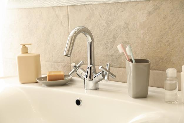 Gootsteen en accessoires voor persoonlijke hygiëne in de badkamer