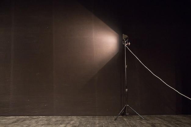 Gordijnen en projectorlampen met ruimte voor uw tekst. donkere achtergrond met schijnwerpers, kopieer ruimte