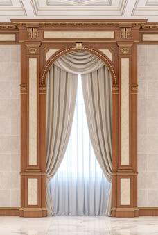 Gordijnen in een gebeeldhouwde nis van hout in een klassieke stijl.