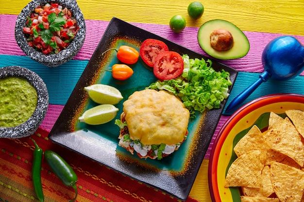 Gordita mexicaanse taco gevuld met pastorvlees