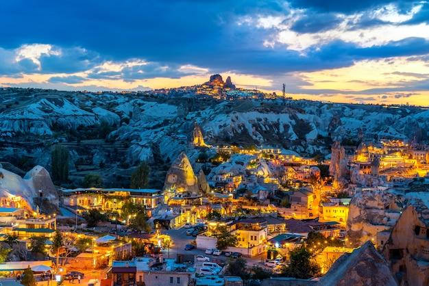 Goreme stad bij schemering in cappadocië, turkije.