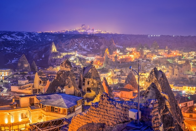 Goreme stad in de nacht in cappadocië, centraal anatolië, turkije