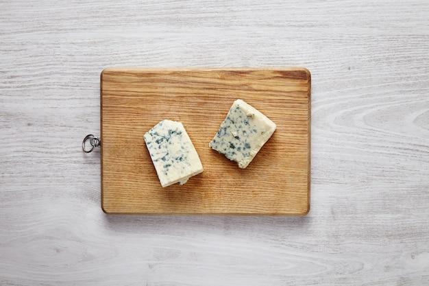Gorgonzola, roquefort, zachte kaas met groen geïsoleerd mos
