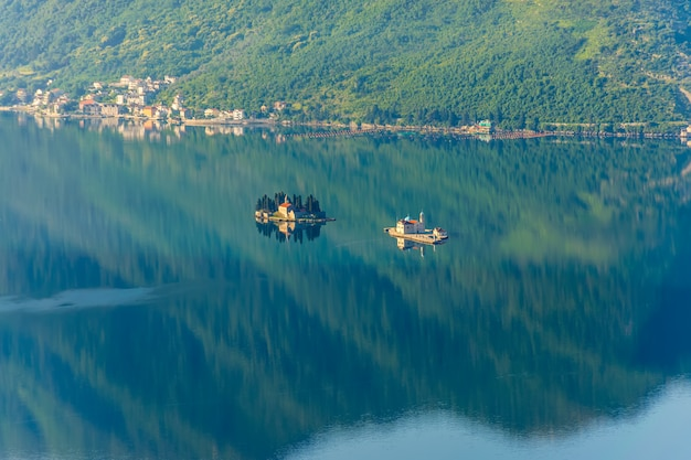 Gospa-od-shkrpjela vanuit vogelperspectief op de baai van boko-kotor.
