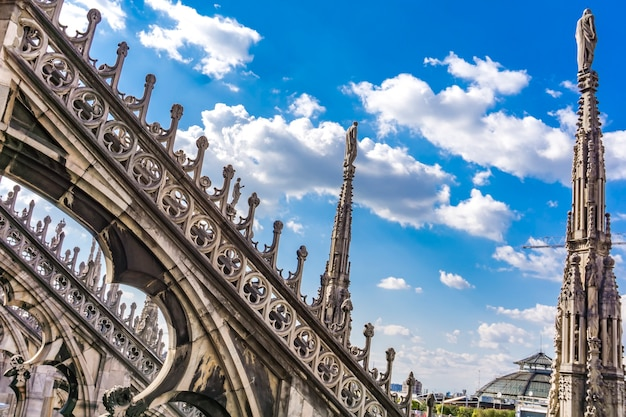 Gotische dakterrassen van de duomo van milaan in italië