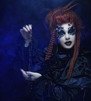 Gotische heks. donkere vrouw. halloween foto.