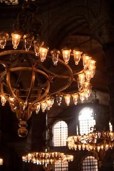 Gotische kroonluchter aan het plafond