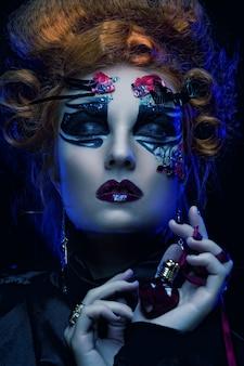Gotische make-up. donker vrouwenkostuum