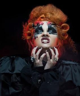 Gotische redhairheks. donkere vrouw. artistieke make-up. halloween foto.