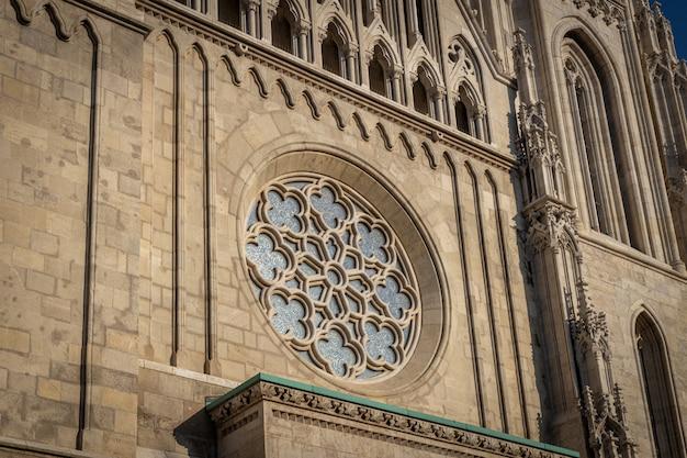 Gotische stijl roosvenster in st matthias kerk in boedapest, hongarije