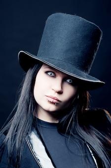 Gotische vrouw met zwarte hoed