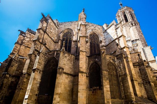 Gotische wijk oude basreliëfs op de ramen en muren van historische gebouwen