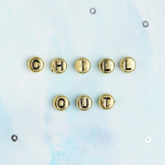 Goud chill out kralen woord typografie