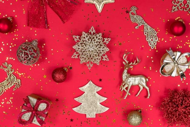 Goud en rode kerstversiering op een rood