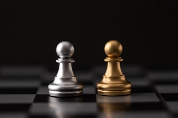 Goud en zilver chip op het schaakbord