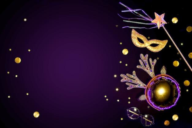Goud glinsterende masquerade accessoires op een zwarte achtergrond met confetti.