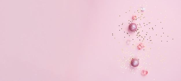 Goud roze en witte kerstversiering op roze achtergrond. kerst nieuwjaar of feestbanner