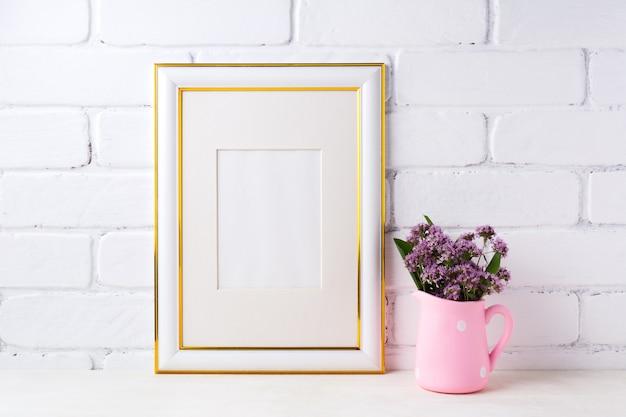 Goud versierd frame met paarse bloemen in roze rustieke kruik