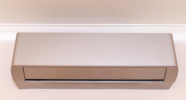 Gouden airconditioner op de muur in de kamer.