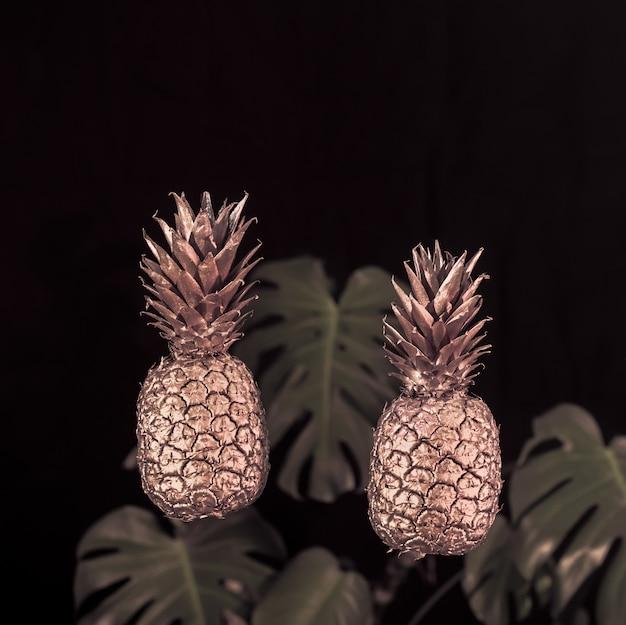 Gouden ananas en bladeren