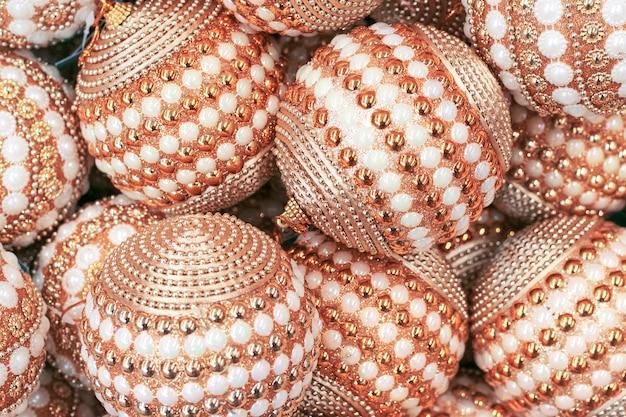 Gouden ballen met kralen, kerstversiering voor de kerstboom