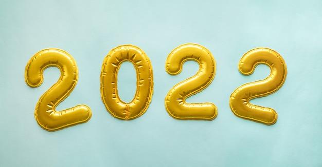 Gouden ballonnen in de vorm van cijfers op blauw