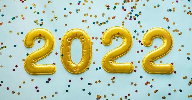 Gouden ballonnen in de vorm van getallen met kleurrijke
