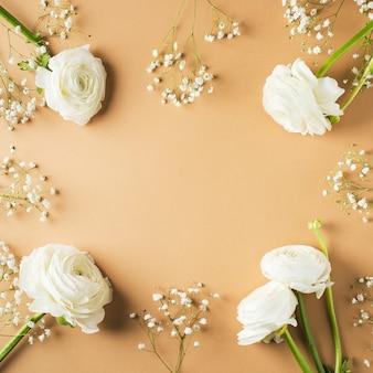 Gouden, beige of gele mode, bloemen plat leggen achtergrond voor moeders dag, verjaardag, pasen en bruiloft