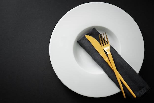 Gouden bestek ingesteld op zwart